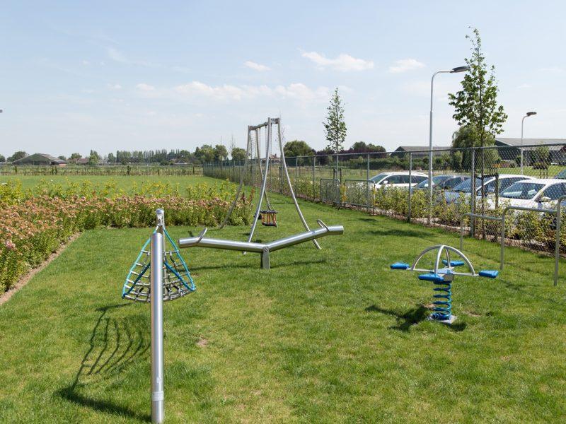 Speeltoestellen van IJslander waar kinderen op kunnen schommelen, zwaaien, klimmen, wipwappen en balanceren.
