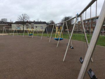 Speeltoestellen van IJslander waarop kinderen kunnen schommelen