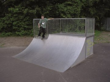 Quarterpipe split-level 3.3×3.75×0.9/1.2 m