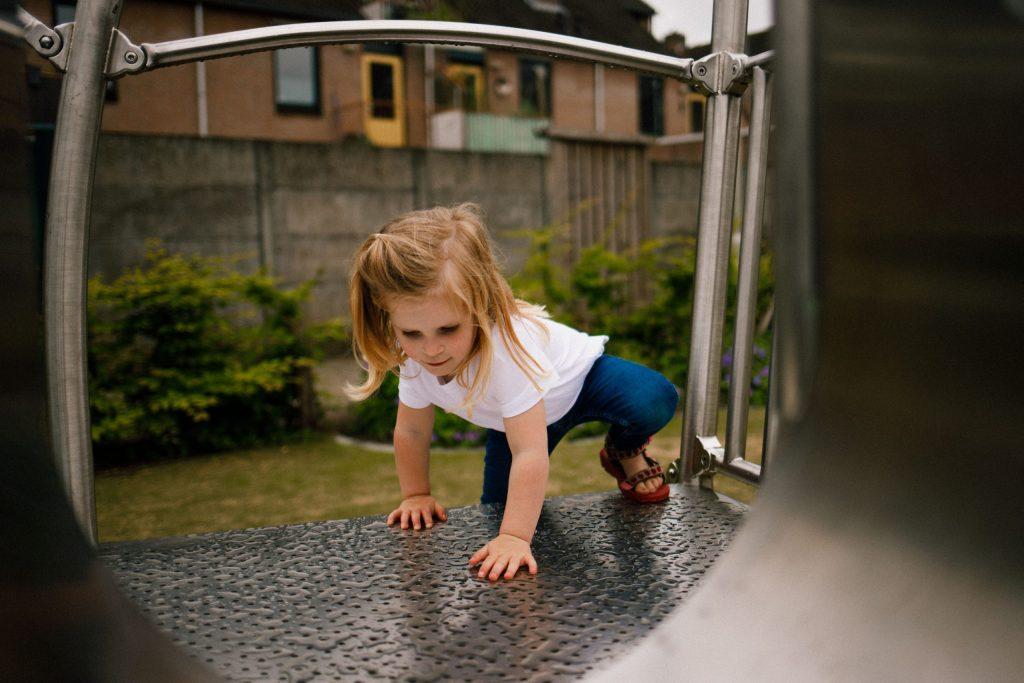 Meisje-klimt-op-speeltoestel