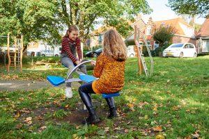Click& Play 4-zits hobbel met spelende kinderen