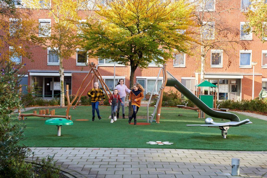 jonge kinderen die natuurlijk spelen